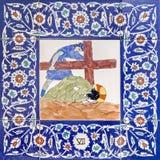 耶路撒冷-发怒方式的陶瓷铺磁砖的驻地在圣乔治英国国教的教堂里 在十字架下的耶稣秋天 免版税库存图片