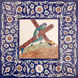 耶路撒冷-发怒方式的陶瓷铺磁砖的驻地在圣乔治英国国教的教堂里 在十字架下的耶稣秋天 库存图片