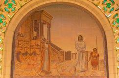 耶路撒冷-场面基督马赛克在Caiaphas前的在圣皮特圣徒・彼得教会里在未知的艺术家的Gallicantu 20 分 图库摄影