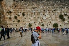 耶路撒冷- 2016年11月15日, :在哭墙附近的人们  免版税库存图片