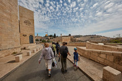 耶路撒冷- 2017年3月06日, :小组游客旅行低谷Jeru 免版税库存图片