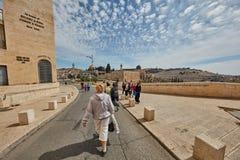 耶路撒冷- 2017年3月06日, :小组游客旅行低谷Jeru 免版税库存照片