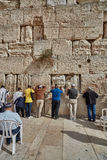耶路撒冷- 2016年11月15日, :祈祷在哭墙的人 免版税库存照片