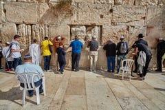 耶路撒冷- 2016年11月15日, :祈祷在哭墙的人 库存图片