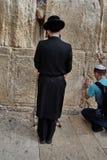 耶路撒冷- 2016年11月15日, :祈祷在哭墙的人 免版税图库摄影