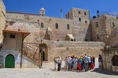 耶路撒冷-5月22日:听指南的一个小组游人在霍莉坟墓的教会附近 库存图片