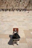 耶路撒冷- 2008年4月02日:有书摩西五经PR的一个正统犹太人 免版税库存照片