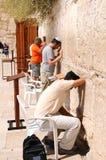 耶路撒冷- 8月26 :犹太人祈祷在西部墙壁2010年8月26日在耶路撒冷,以色列 免版税库存图片