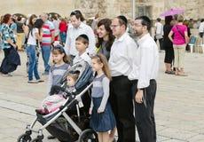 耶路撒冷 犹太家庭被拍摄在犹太教寺庙-哭墙 免版税库存图片