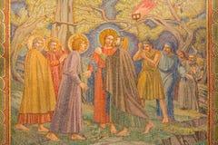 耶路撒冷-耶稣背叛的马赛克在Gethsemane庭院里在万国教堂里(极度痛苦的大教堂) 库存图片