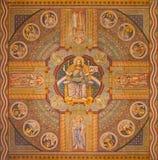 耶路撒冷-耶稣Pantokrator和传道者 在上生福音派信义会天花板的油漆  库存照片
