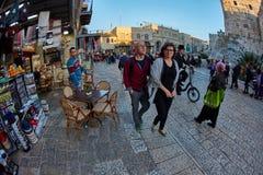 耶路撒冷- 04 04 2017年:游人步行低谷在o的市场 免版税库存图片