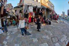 耶路撒冷- 04 04 2017年:游人步行低谷在o的市场 免版税图库摄影