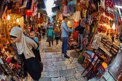 耶路撒冷- 04 04 2017年:游人步行低谷在o的市场 图库摄影
