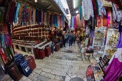耶路撒冷- 04 04 2017年:游人步行低谷在o的市场 库存图片