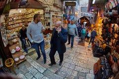 耶路撒冷- 04 04 2017年:游人步行低谷在o的市场 库存照片