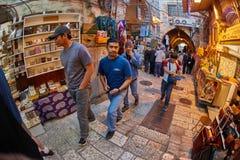 耶路撒冷- 04 04 2017年:游人步行低谷在o的市场 免版税库存照片