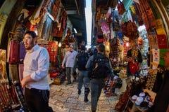 耶路撒冷- 04 04 2017年:警察步行低谷市场 免版税图库摄影