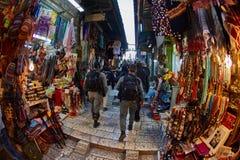 耶路撒冷- 04 04 2017年:警察步行低谷市场 库存照片