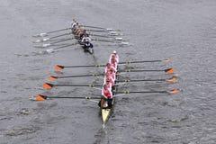 耶鲁(顶面)普林斯顿(底下)妇女的乘员组在查尔斯赛船会头赛跑  库存照片