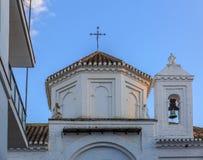耸立与一座小钟楼在圣菲,格拉纳达,西班牙 图库摄影