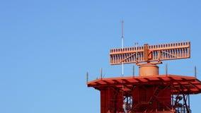 耸立与回旋在机场的雷达晴天 股票录像