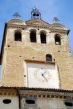 耸立与时钟和响铃在特雷维索省的Portobuffolè在威尼托(意大利) 免版税库存照片