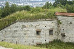 耸立并且加强了19世纪堡垒的墙壁  库存图片