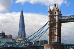 耸立的看法桥梁和摩天大楼碎片在伦敦,英国 免版税库存照片