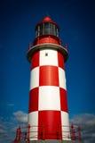 耸立,高灯塔反对深蓝天 库存照片