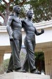 聂图诺-4月06日:两手足兄弟古铜色雕象  免版税库存图片