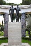 聂图诺-4月06日:两手足兄弟古铜色雕象  图库摄影