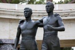 聂图诺-4月06日:两手足兄弟古铜色雕象  库存图片