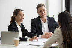 聊天一起笑的友好的队员在办公室b期间 免版税库存照片
