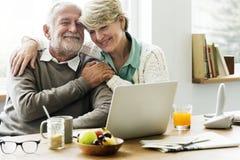 聊天与他们的孙女的现代祖父母 库存照片