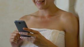 聊天与手机的朋友的妇女在卫生间,网上通信里 股票录像