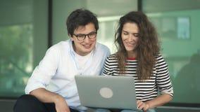 聊天与朋友的年轻夫妇录影坐步大厦 股票视频