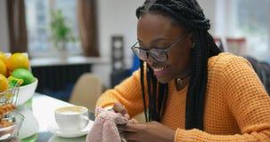 聊天与电话的朋友的美丽的非裔美国人的妇女画象  影视素材