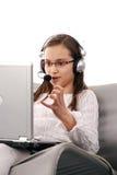 聊天使用年轻人的女孩互联网 免版税库存照片