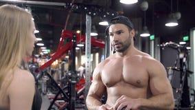 聊天在健身房的一个断裂期间的年轻体育夫妇 股票录像