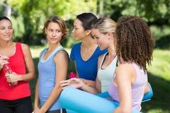 聊天在公园的健身小组 免版税库存照片