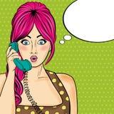 聊天在减速火箭的电话的流行艺术妇女 有讲话的可笑的妇女 免版税库存照片