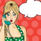 聊天在减速火箭的电话的流行艺术妇女 有讲话的可笑的妇女 免版税库存图片