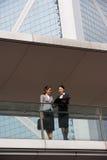 聊天在办公室之外的二名女实业家 免版税库存图片