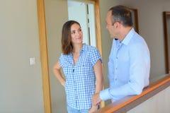 聊天在办公室走廊的人和夫人 免版税图库摄影