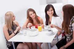 聊天在咖啡的女性朋友 免版税库存图片