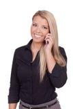 聊天在她的移动电话的美丽的时髦的妇女 免版税图库摄影