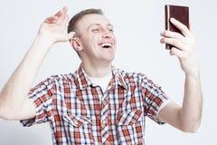 聊天在手机的愉快的白种人人画象在录影Cal期间 图库摄影
