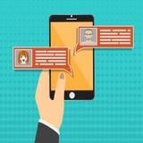 聊天在智能手机传染媒介例证,在手机屏幕,人上的平的动画片sms泡影的消息通知 皇族释放例证