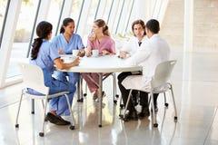 聊天在现代医院军用餐具的医疗人员 免版税图库摄影